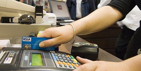 """""""מגהצים"""" כרטיס. כמעט כל הבנקים נותנים מסגרת אשראי של עד פי שלושה מהמשכורת"""