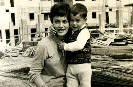 1965. ינקי בן ה-3 ואמו אילנה בבת ים