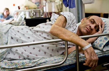 תייר המרפא קורטיס ניקוס במיטתו בהדסה