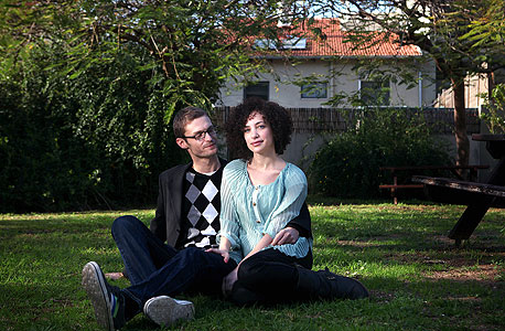 """עמרי רונן (32) והילה רונן (28), איש תקשורת וסטודנטית לאופנה, גרים ברמת אביב ג' ומשלמים """"הרבה אלפי שקלים"""" בחודש"""
