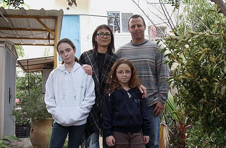 נעמה ברוש (48) ודודו מעוז (42), מעצבת תכשיטים ואגרונום, עם בנותיהם גבי (12) ועפרי (8), גרים בקיבוץ כפר גליקסון, משלמים 2,600 שקל בחודש