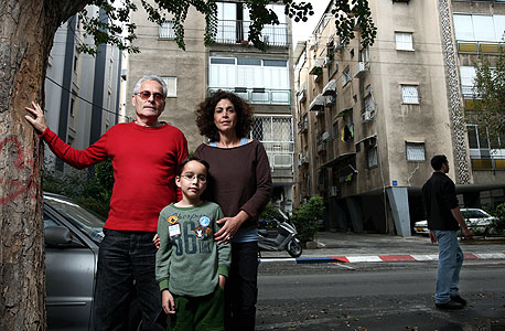יצחק (גיזי) בן טובים (63) ואורלי בן טובים (42), איש תוכנה ומטפלת משפחתית, עם בנם אסף (9), גרים בצפון הישן של תל אביב