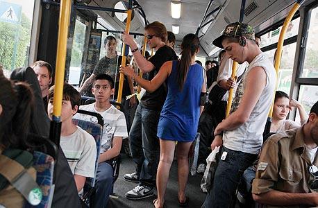 נוסעים בתחבורה ציבורית. הרבה דברים לא עובדים
