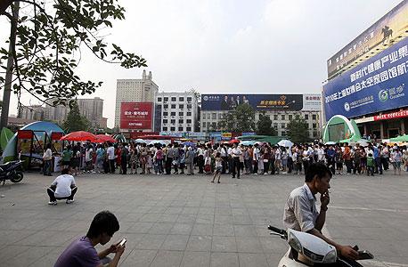 ג'נגג'ואו הישנה. הרחובות פקוקים וגדושים. אלפי אנשים ממתינים בתור לרכבת
