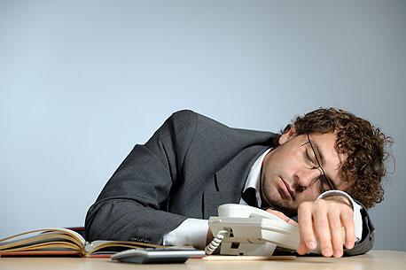 האם להעיר עובד עצלן שנרדם על השולחן?