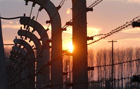 מחנה ההשמדה בירקנאו. מרכינים ראש לזכר שישה מיליון הנספים בשואה