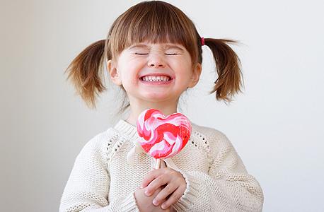 סוכריה על מקל. הסוכר אינו משפיע על ההתנהגות או על הביצועים הקוגנטיביים של ילדים