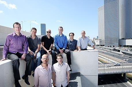 עובדי טראסטיר על גג המשרדים בתל אביב. הגנה מבוססת ענן