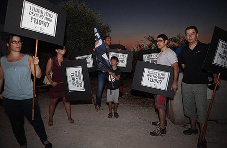 עובדי ערוץ 10 מפגינים מול ביתו של שר התקשורת משה כחלון