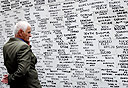 קיר עם שמות הנעדרים בקוסובו