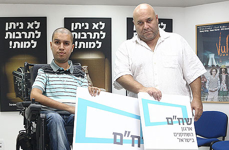 """מנכ""""ל ארגון השחקנים בישראל שחר בוצר (משמאל) והיו""""ר הקודם של הארגון, דביר בנדק. """"מה היה הלחץ לקצץ?"""""""