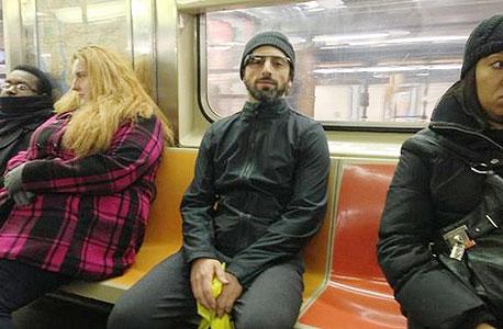 סרגיי ברין מרכיב את משקפי גלאס ברכבת תחתית