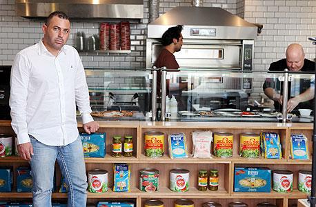 """אורן לוני בסניף החדש בקרית אונו: """"המתחרים מקימים סניף של מסעדת המבורגר ב־2 עד 4 מיליון שקל. אנחנו מקימים סניפים ב־350 אלף שקל וזה משאיר אוויר נשימה לזכיינים שלנו"""""""