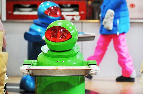 רובוטים-מלצרים בסין