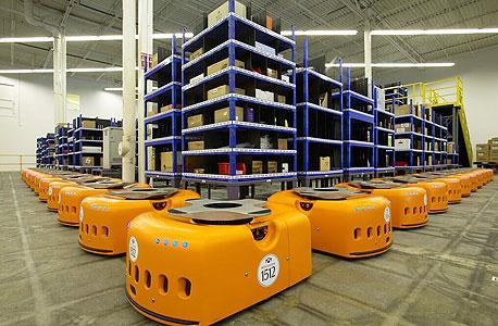 מחליף מחסנאים ואורזים. כל אחד מרובוטי Kiva מחליף בממוצע עובד וחצי אנושיים במרכזי הפצה גדולים