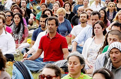 """מדיטציה המונית בפורטוגל בשנה שעברה. קבט־זין: """"מה שנראה לא שפוי לאנשים מסוימים בהתחלה נהפך למשהו שכולם מסכימים איתו כעבור 10 או 15 שנים"""""""