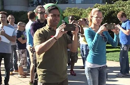 תמונה של עובדי גוגל שמשתמשים במכשיר הנקסוס 5, אשר דלפה לרשת לפני חודשים