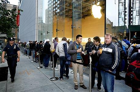 """תור למכירת אייפון 5 עם ההשקה בניו יורק, בשנה שעברה. """"אם מוצר של אפל הוא פחות ממושלם זה יוצר סקנדל ענק ופאניקה. אפל צריכה להיות מרוצה מזה"""""""
