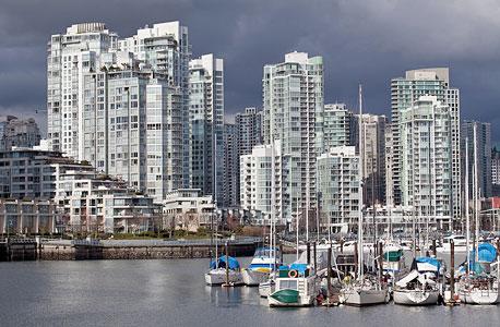 """מגדלי מגורים בוונקובר, עירו של מונטגומרי. """"אנשים שחיים בשכונות האנכיות האלה בוטחים פחות בשכניהם, פחות סביר שיעשו טובה לשכן או יקבלו טובה, ויש פחות סיכוי שירגישו חיבור לשכנים."""