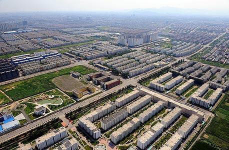 """כבישים במרכז בייג'ינג. """"בערים צפופות שאין חיבור טוב בין החלקים שלהן, כמו בייג'ינג, לתושבים אין גישה זה לזה, הם תקועים בשכונות שלהם. צריך להביא את זה בחשבון כשמחליטים אם להשקיע בתשתיות לרכבים פרטיים או בתחבורה ציבורית"""""""