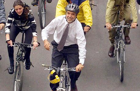 ראש עיריית בוגוטה לשעבר, אנריקה פנלוסה, ברחובות העיר. נהפך למהפכן עולמי של תכנון עירוני