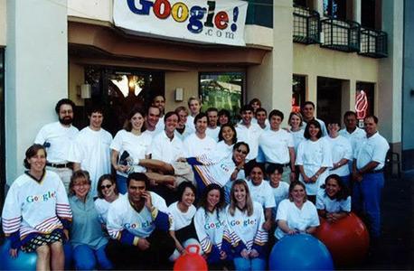 מוסף שבועי 15.1.15 מלכת החיפוש לא מוצאת תשובה תמונה קבוצתית של גוגל מ 1999
