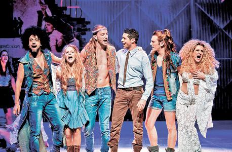 """עוז זהבי (שלישי משמאל) וצוות המחזמר """"שיער"""". יש לו כריזמה שהופכת שחקן טוב לכוכב"""