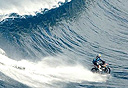 אופנוען גולש על גלים