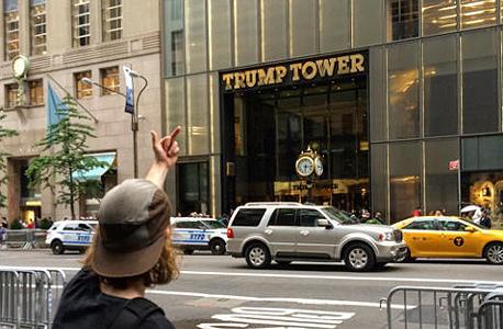טראמפ טאואר ניו יורק סלפי אצבע משולשת, צילום: instagram/jomphe666