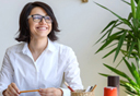 עובדת מאושרת עם עציצים במשרד (אילוסטרציה), צלום: שאטרסטוק