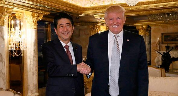 """נשיא ארה""""ב הנבחר דונלד טראמפ בפגישה ראשונה עם שינזו אבה נשיא יפן, צילום: רויטרס"""