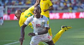 דרום אפריקה נגד סנגל כדורגל אפריקאי תאקל של הולמפו קקאנה מדרום אפריקה על סיידו מאנה סנגל, צילום: איי אף פי