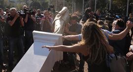 פסל נתניהו בכיכר רבין, צילום: מוטי קמחי