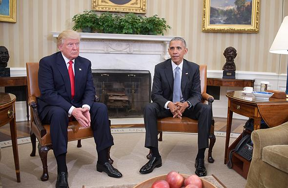 """אובמה וטראמפ בפגישתם בבית הלבן, לפני כחודש. """"אז טראמפ נבחר ומגיע לפגישה ואובמה אומר לו 'אתה יודע, יש 4,000 משרות בממשל שאתה צריך לאייש. כמה אנשים אתה מכיר?'. טראמפ סופר מהר, ואומר '15'. זו המגבלה שלו"""""""