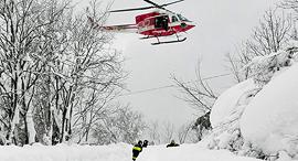 צוות חילוץ ב מפולת שלגים איטליה, צילום: אי פי איי