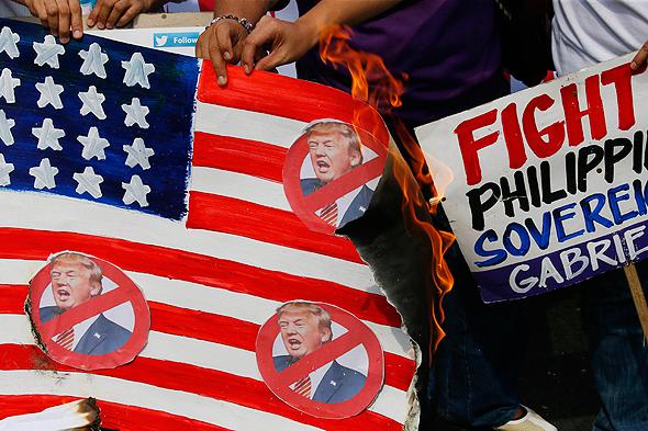 דגל שרוף הפגנה נגד טראמפ, צילום: איי פי