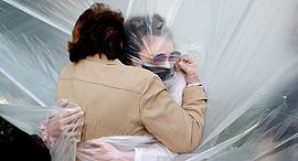 פוטו קורונה ריחוק חיבוק ניו יורק, צילום: גטי אימג'ס