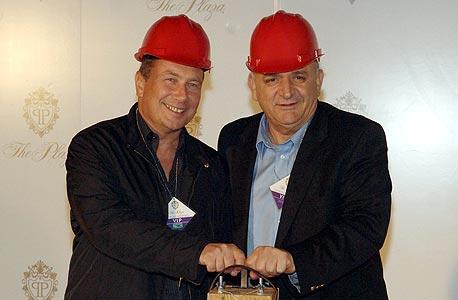 יצחק תשובה ונוחי דנקנר בעת פיצוץ מלון ניו-פרונטיר עליו רצו להקים את מלון הפלאזה. בינתיים שווי הקרקע, המוחזקת גם על ידי נכסים ובנין (25%), ירד מ-1.2 מיליארד דולר ל-700 מיליון דולר