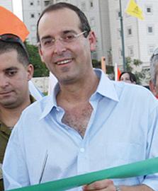 איציק רוכברגר, ראש עיריית רמת השרון. התנגד עד שהתיישב בכיסא ראש העיר