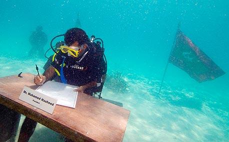 מוחמד נשיד בישיבת ממשלה מתחת למים ב-17 באוקטובר השנה