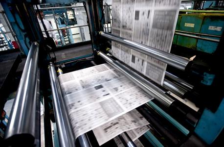 הפחתת השימוש בנייר פוגעת במקצועות הדפוס כמו גם העיתונות הכתובה, צילום: בלומברג