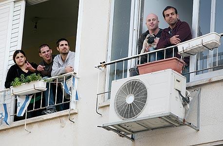 מימין: שירן מלכה, איתי אשור, עומרי אבידן, אלעד מרטין ונטע כולי, מביטים מחלונות דירותיהם הסמוכות. עוברים דירות ביחד זה עשור