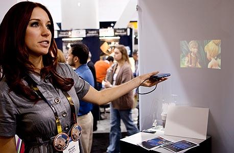 הדגמת מקרן הווידיאו של Microvision בתערוכת הגאדג'טים CES