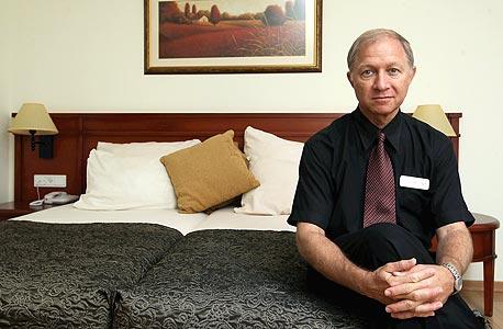 """דובי בנארי, מנהל המלון של כפר בלום: """"אחד החברים, איש חכם, אמר לי 'אתה באמת חושב שאם תלבש עניבה נעשה יותר כסף?'. הם לא הבינו ש'קיבוץ' זה לא משהו שאנחנו רוצים לשדר. 'קיבוץ' זה לא שירות, 'קיבוץ' זה לא פינוק"""""""