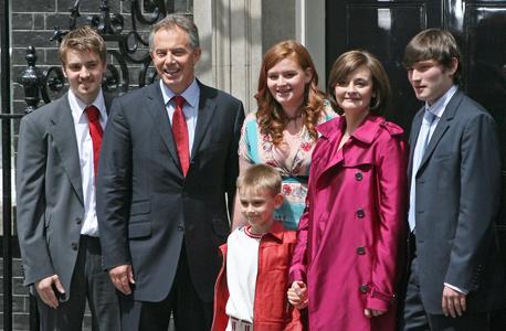 משפחת בלייר, מימין: ניקי, שרי, קתרין, ליאו, טוני ויואן, צילום: בלומברג