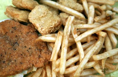 צ'יפס ומזון מטוגן . החל מהשנה הבאה תיאסר מכירתם בבתי הספר