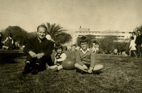 1962. ישראל הרטמן עם ילדיו אלקס וגילית בטיול קצר בגן העצמאות
