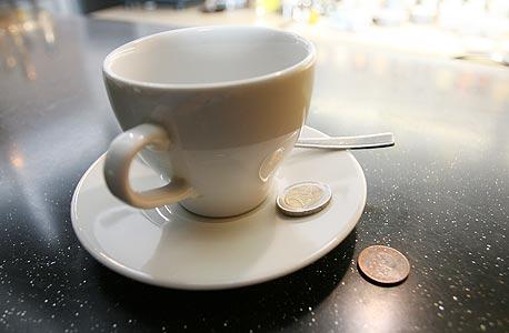 """ביהמ""""ש קבע: טיפים הם הכנסה של המלצרים ולא של בית הקפה"""