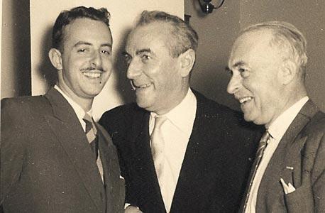 """1957, פריץ נשיץ (מימין) וגד נשיץ (משמאל) עם עו""""ד דוד הרמן, קבלת פנים בשגרירות הונגריה"""