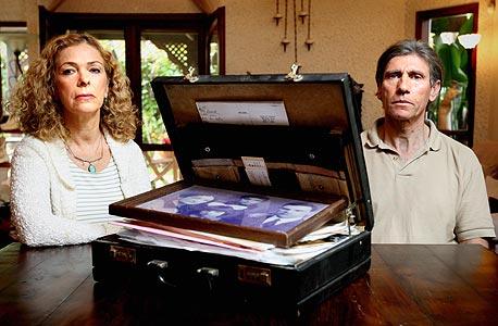 מימין: גיורא וענת טופז עם המזוודה שהותיר להם אביה של ענת, הנריק קודלר